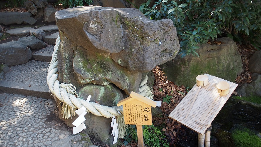 川越氷川神社の戌岩