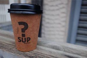 「SUP COFFEE STAND(サップ コーヒースタンド)」のホットカフェオレを注文