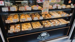ボンデメロンにはたくさんのメロンパンが売られている